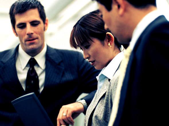 size_590_executivos_olhando_para_tela_de_computador[1]